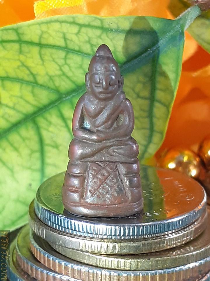 Phra Chaiwat in meditation posture, cover plate under gold base with teacher's mark/พระชัยวัฒน์ ปางสมาธิ แผ่นปิดใต้ฐานทองคำ มีรอยจารย์