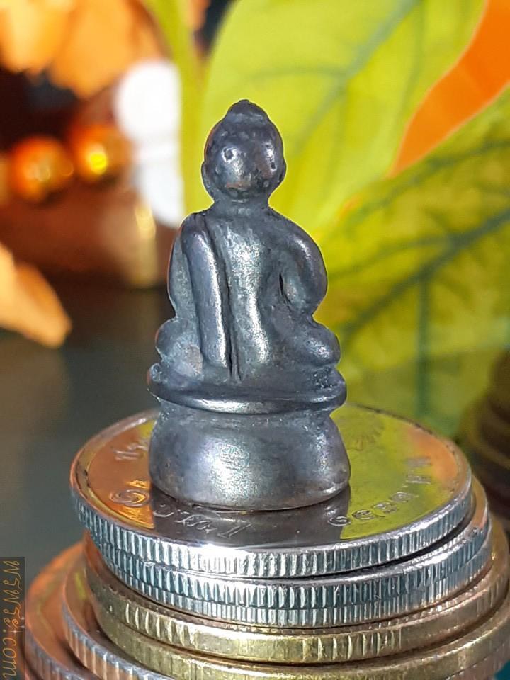 พระกริ่ง ชัยวัฒน์  รัชกาล เนื้อสัมริด ดำ แผ่นปิดใต้ฐานทองคำจารย์/Phra Kring Chaiwat Reign, black bronze, cover plate under the gold base
