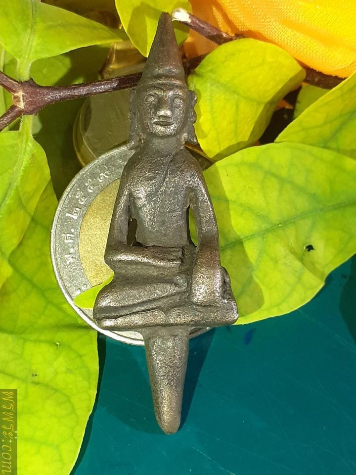 Phra Yot Thong, back diamond, silver bronze Pim Phet Klub, found 1 amulet as of 20/05/21, core size 13 mm. Buddha image 37 mm. total height 50 mm., width left-right knee 17 mm.พระยอดธง เพชรกลับ เนื้อสัมฤทธิ์เงิน พิมพ์เพชรกลับ พบ1องค์ ณ.วันที่20/05/2564 ขนาดแกน13มม องค์พระ37มม สูงรวมแกน50มม กว้าง เข่าซ้าย-ขวา17มม/พระยอดธง เพชรกลับ เนื้อสัมฤทธิ์เงิน พิมพ์เพชรกลับ พบ1องค์ ณ.วันที่20/05/2564 ขนาดแกน13มม  องค์พระ37มม สูงรวมแกน50มม กว้าง เข่าซ้าย-ขวา17มม